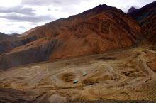 柯克阿特达板以前叫黑卡子达板,标高海拔4909米,实际海拔4949米。从三十里营房往北9公里就是著名