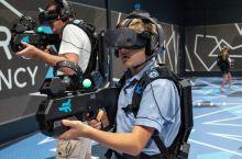 """火爆全网的虚拟现实游戏在黄金海岸也能痛快畅玩哟~带上 AR 头盔,手持""""武器"""",进入虚拟世界,探索光"""