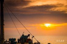 其实在游轮上看日落完全是一种心境,对于拍照片来说,跑来跑去就这么大块地,取个前景中景都很难。这艘客货