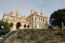 新西兰首都惠灵顿是新西兰的政治金融中心,有议会大厦,总统府,各国领事馆,国家艺术中心,各大银行总部,