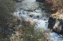 扎灌崩是稻城亚丁景区内的一个地方,是景区观光车终点站,周边景色迷人,还有冲古寺等景点