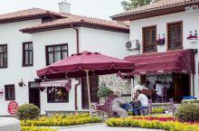 安卡拉是土耳其著名的历史城市,这里的建筑都有着上百年的历史,非常的漂亮,城市中的街道并不是很宽阔,都
