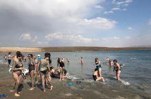 死海不死  死海位于以色列, 巴勒斯坦、约旦交界,是世界上最低的湖泊,湖面海拔-430.5米。死海中