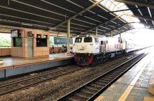 雅加达的轻轨,看上去就是火车嘛,延误都跟火车一样啊。