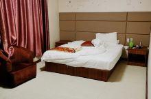 大床房的房间够大!前台服务很好,酒店设施也很齐全,最主要是床非常舒服,能安心睡着!强力推荐这家酒店,