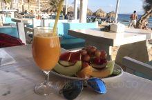 迷人米克诺斯岛的天堂沙滩 ,劲歌热舞、美酒咖啡、帅哥美女,饱满眼福,放飞心情! 从小镇到沙滩驱车前往