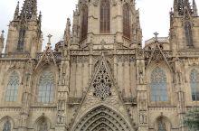 巴塞罗那是西班牙第二大城市。老城区不仅有宏大的教堂,还有几百年前修建的加泰罗利亚王国的王宫。走在老城