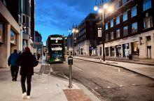 利兹是英国英格兰西约克郡首府,英国第三大城市,国际化大都市,市中心分为银行区、法律区、政府区、购物区