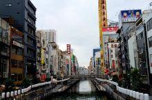 心斋桥是大阪最大的商业中心。这里集中了众多精品屋、专卖店、餐馆和大型购物中心。       从早到晚