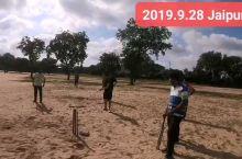 在斋浦尔体育场的外场,一群热情的印度小哥邀请我参与他们板球比赛。不过这环境真没让我感受到高逼格。 板
