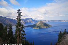位于俄勒冈州的火山口湖公园太美了,火山口湖形成于7700年前,湖水最深处达600米,湛蓝的湖水像似一