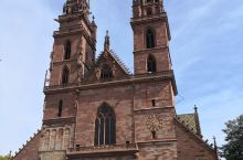 瑞、法、德三国交接的巴塞尔,不论是红色的市政大厅还是主座教堂和各种博物馆,以及极具瑞士特色的小店,都