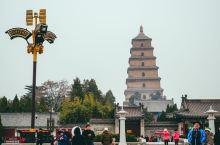 大雁塔塔高64.5米,共七层,塔底呈方锥形,登临大雁塔可俯视西安全貌。大雁塔慈恩寺前立有玄奘法师铜相
