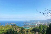 想看普吉岛全景吗?当然必去卡伦观景台  距离卡伦海滩的山顶几公里处,有一处观景台,天气晴好时可以将大