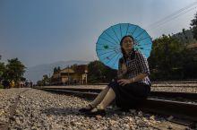碧色寨火车站位于蒙自县城北面10公里的草坝镇碧色寨村山梁上。宣统元年(1909年)4月13日滇越铁路