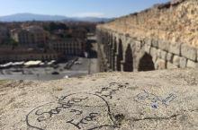 """塞哥维亚,距离马德里大概半个小时的火车车程,是西班牙无数古城中保存最好的一座""""罗马古城""""。由罗马人修"""