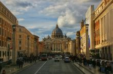 梵蒂冈,罗马城内的国中之国。流连在广场上就已经能感受得到建筑群的宏大与精美,进入建筑物内部参观则需要