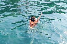 """去芭堤雅,一定要去沙美岛,因为沙美岛的确是名副其实的""""沙美岛""""。那黄里透白,面粉一样细嫩的海沙,铺成"""