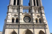 巴黎圣母院矗立在塞纳河畔的西岱岛上,位于整个巴黎城的中心,大约建造于1163年到1250年间,经历了