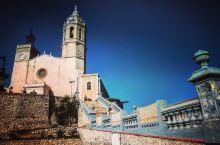锡切斯距离巴塞罗那约30公里 是韩剧蓝色大海的传说取景地 安静的小镇 沙滩上满满都是人 有一片区域是