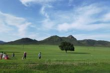 沉静的大地,觅食的羊群,舞动的风车,蜿蜒的小溪,一直铺排到地平面的云朵...这是夏季的大草原,从天堂