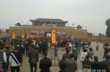 广东湛江遂溪孔子文化园,有文化大餐:春秋战国五子,往左从古城楼踏着不规则的石头沿朝圣大道一直走,途中