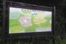 从韶峰坐索道下山,见到人工修建的碑林景观,有毛泽东的著名诗词,还有郭沫若等文学家的代表作