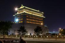 箭楼夜景。巍峨的箭楼,宽阔的护城河,六百多年来一直静静地守护着帝国的都城。
