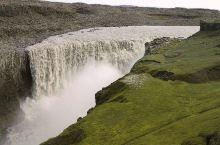 """名字与""""内心""""不符的瀑布  黛提瀑布简介: 黛提瀑布位于冰岛,存在于米湖附近。它是整个流量最大,水量"""