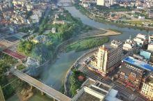 中国东兴与越南芒街只隔一条界河——北仑河。中越北仑河大桥中间一条桥梁管理线,也是两国领土的分界线,跨