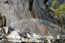 雨崩雪山神瀑彩虹之旅 7点从下雨崩徒步,沿途人少,金光闪闪的雪山时左时右。9点赶到神瀑,适逢1家4口