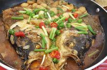 河南旅行从信阳市区到淮滨县,一波当地特色美食让人垂涎,早餐胡辣汤,信阳热干面,油条,都是标配,葱鸡蛋