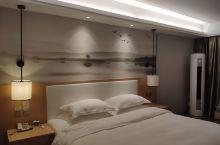 非常棒的酒店,被惊艳到了。 房间很大,木制地板看起来很干净,五星好评。