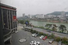 石泉县城的酒店有很多,但是有星级的不是太多。江景国际酒店应该是前几名吧。国庆节价格挺贵的,这个豪华标