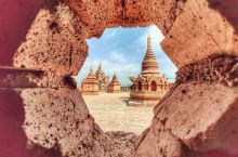 一脚在缅甸,一脚在中国,同一个寨子里有两种风情,别人所熟悉的是金塔,我却偏爱这个红砖盖起的塔,这是对