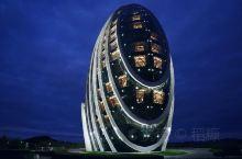北京最酷的酒店建筑,一直没有超越日出东方凯宾斯基的。背靠燕山山脉毗邻雁栖湖,在怀柔这片山水之间,酒店