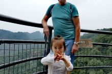 攀登者.谁会看到底? 今天神仙居8小时,遇到很多攀登者,给我印象最深的是一位小女孩儿,手脚并用往上爬