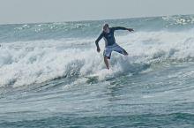 美蕊莎海滩相对清静,离开海滩,附近就是小村子。那里是冲浪者的天堂,我们看到四五个来自德国和美国的冲浪
