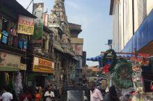 科伦坡新旧印度庙是贝塔市场内的一座印度神庙,他有标志性的高高的门楼,上面立满了印度教的大神,颜色非常