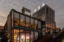 永庆坊是在广州最美的骑楼街——荔湾区恩宁路,离上下九步行街和沙面公园也不是很远。是广州西关文化的旧址