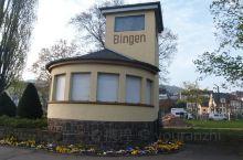 宾根是一个特别漂亮的小镇,坐着莱茵河的KD公司的游船就会经过这里,整个小镇沿着山坡依次而建,建筑群一