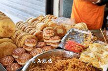 早餐人气旺旺的饼子店 早餐人气很旺的饼子店店不大,服务员有三个,店里的饼子种类相当的多,葱油饼、葱花