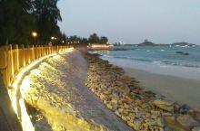 漳州东山岛平时没什么游客,海边夜晚特别的安静海滩上没几个人,别墅区的灯火没几家亮着。