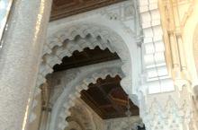 哈桑二世清真寺位于摩洛哥王国的卡萨布兰卡市区西北部,坐落在伊斯兰世界最西端。1987年8月动工修建,