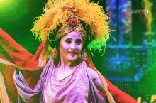 新疆大剧院的《千回西域》演出,除了观赏西域乐舞及现代新锐舞美演绎的恢弘奇幻场景外,其中一大看点就是服