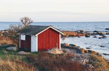 瑞典南部的奥胡斯Åhus是一个只有1万左右人口的小城镇,我们随意的开到了一片安静的海岸边,有几栋小的