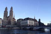 苏黎世,号称世界上最富有最宜居的城市之一。 漫步街头,格罗斯大教堂的双塔楼是城市的象征,圣母教堂格外