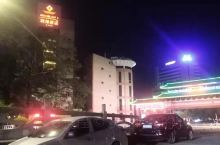 联邦酒店,位于梅州城区江南路东山大桥南端,毗邻东山教育基地、归读公园,一江两岸江景无限,美景尽收眼底