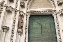 #塞维利亚大教堂# 是世界第三大教堂,哥特式建筑风格与阿拉伯建筑风格相融合,宏伟壮观,金碧辉煌。大航