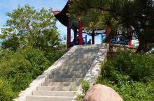 从北戴河海滨向西望去,在一片红砖绿瓦之上有座青山,山如莲蓬,石似莲花,那就是东联峰山。知道联峰山的人